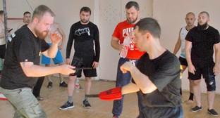 """Дмитрий Демушкин (слева) проводит тренировочный бой. Фото Елены Гребенюк для """"Кавказского узла"""""""