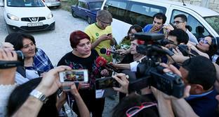 """Хадиджа Исмайлова (в центре) дает интервью журналистам. Баку, 25 мая 2016 г. Фото Азиза Каримова для """"Кавказского узла"""""""