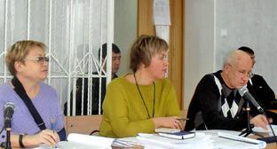 Екатерина Лукьяненко (слева) и адвокаты. Фото: Татьяна Зеленая http://kaspyinfo.ru/79976-2/