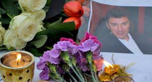 Цветы и свечи возле портрета Бориса Немцова. Фото: U:Dhārmikatva https://ru.wikipedia.org/