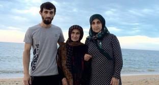 """Рамазан Рашидов (слева) на пляже. Фото со страницы Рашидова в соцсети """"ВКонтакте"""", Vk.com/id145609315"""