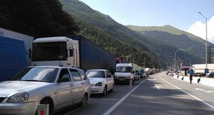 """Участок Военно-Грузинской дороги. Скопление автомобилей возле МАПП. Фото Алана Доева для """"Кавказского узла"""""""