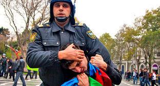 """Сотрудник полиции задерживает активиста во время акции протеста. Баку, 17 ноября 2012 г. Фото Азиза Каримова для """"Кавказского узла"""""""
