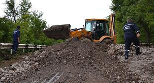 Расчистка дороги после селя. Фото: http://topre.ru/2016/07/01/na-stavropole-sel-zablokiroval-dvizhenie-po-trasse-v.html