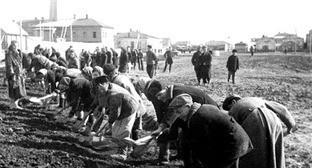 Выполнение тяжелой физической работы репрессированными. 1943-1944 гг. Фото http://www.riakchr.ru/ko-dnyu-deportatsii-karachaevskogo-naroda-shkolnikov-urupskogo-rajona-poznakomili-s-istoriej-repressirovannykh-narodov/