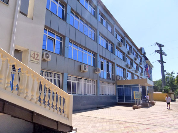 Здание и территория