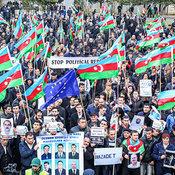 Cover_aktivisty-demonstrirovali-foto-svoih-arestovannyh-soratnikov_-trebuya-ih-osvobozhdeniya