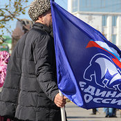 Cover prestavitel  edinoy rossii derzhit flag partii  1